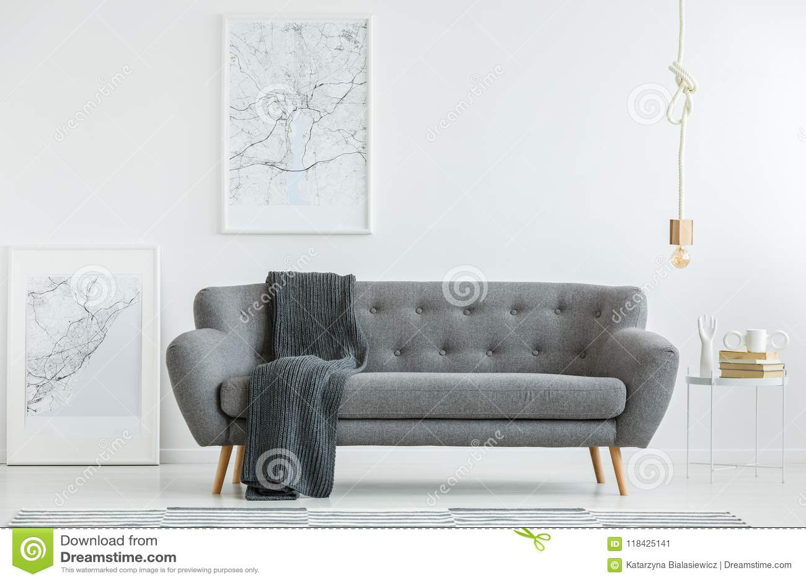 Sala de estar cinzenta com cobertura