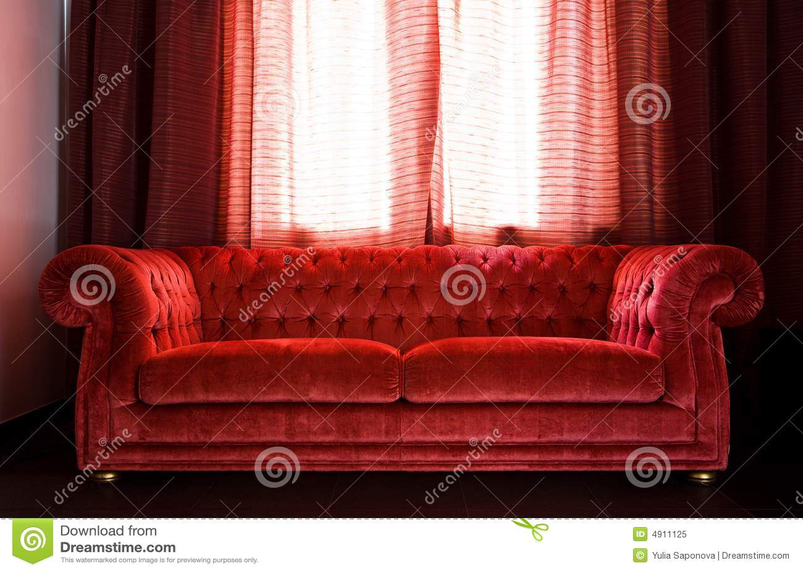 Sala de estar com um sof vermelho imagem de stock for Sala de estar com um sofa
