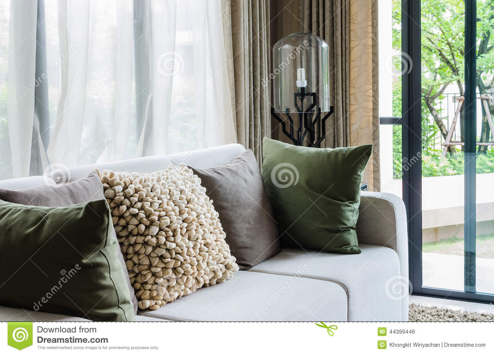 Sala de estar con el sofá blanco y la lámpara moderna