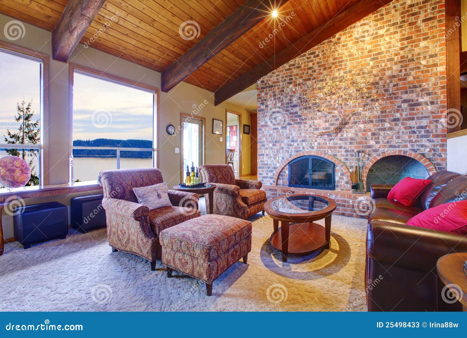 Sala de estar con el techo y la chimenea de madera imagen for Sala de estar de madera