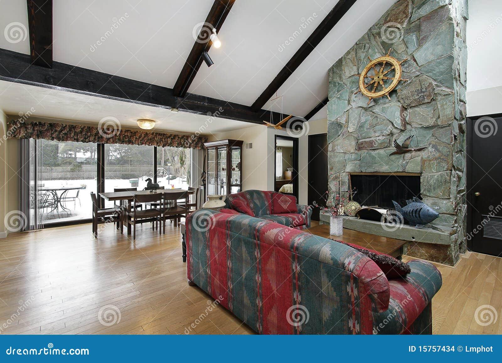 sala de estar con la chimenea de piedra imagenes de archivo