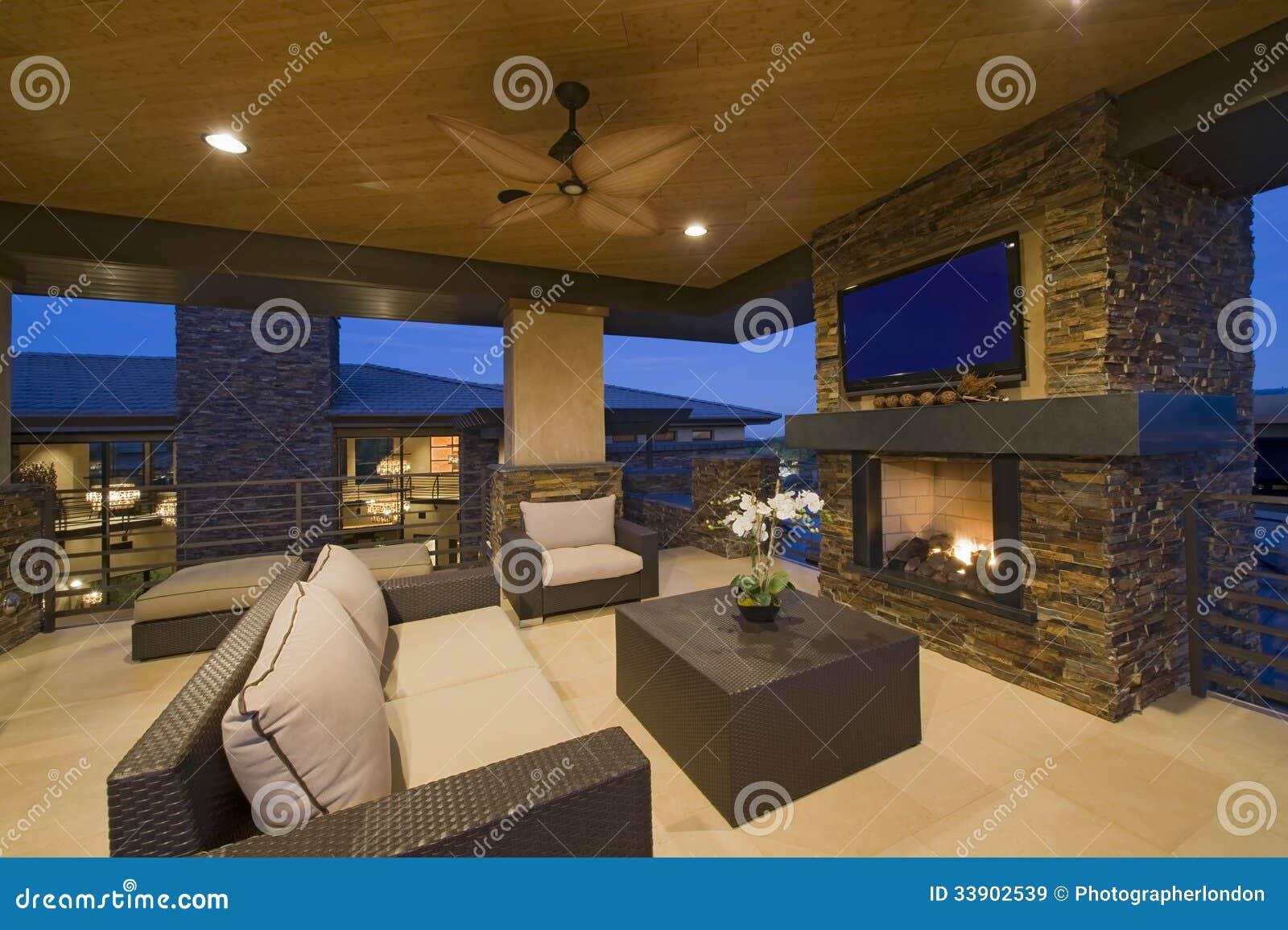 Sala de estar con la chimenea en casa moderna im genes de - Diseno de chimeneas para casas ...
