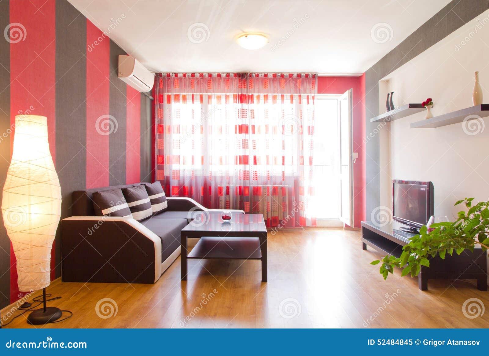 Sala de estar con las paredes rayadas negras y rojas for Sala de estar de madera