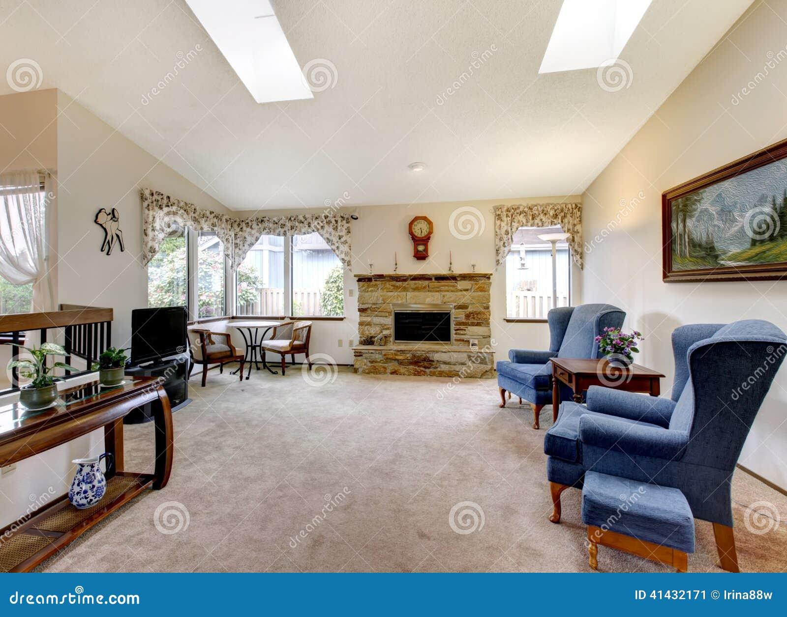 Sala de estar con muebles antiguos y el tragaluz foto de for Muebles clasicos para sala