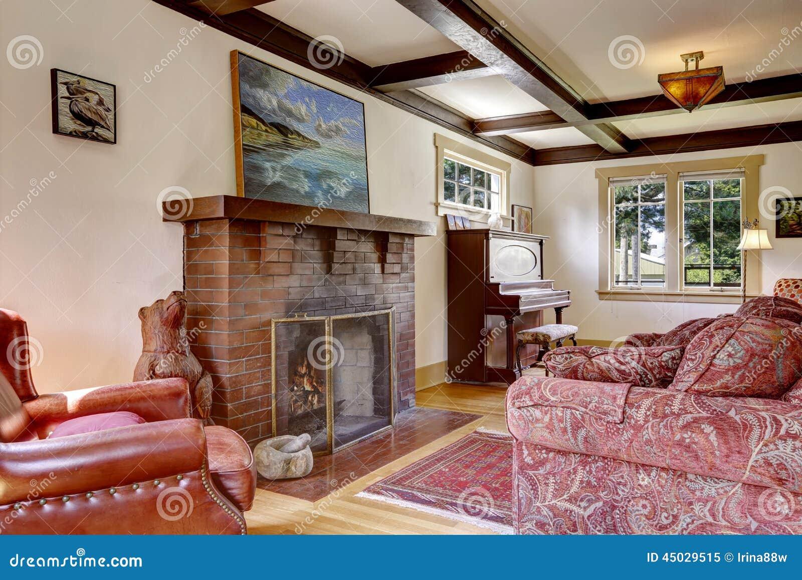 Sala de estar con muebles antiguos y la chimenea imagen de - La chimenea muebles ...