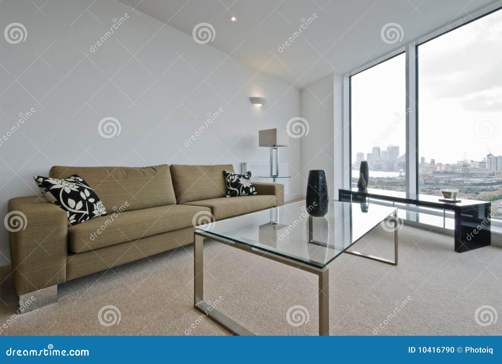 Sala de estar con opiniones de la ciudad