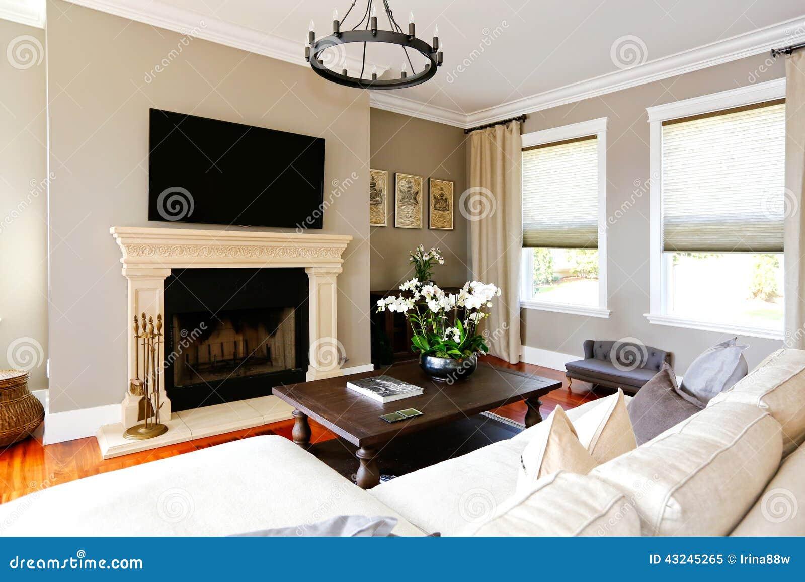 Sala de estar de lujo brillante con la chimenea y la tv for Sala de estar con tv