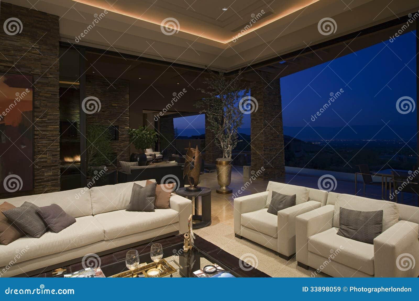 Sala de estar de lujo en casa en la noche im genes de for Sala de estar noche