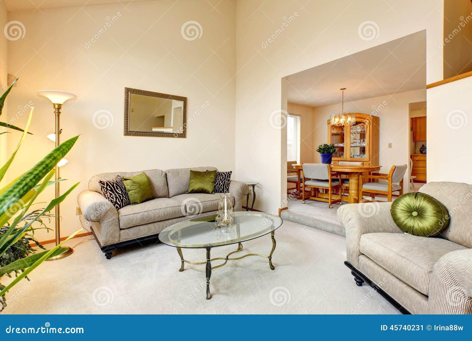 sala de estar de lujo en tonos cremosos suaves y la mesa