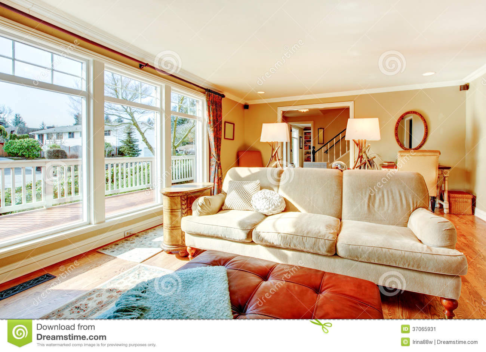 Sala de estar del suelo al techo de las ventanas con un for Sala de estar beige