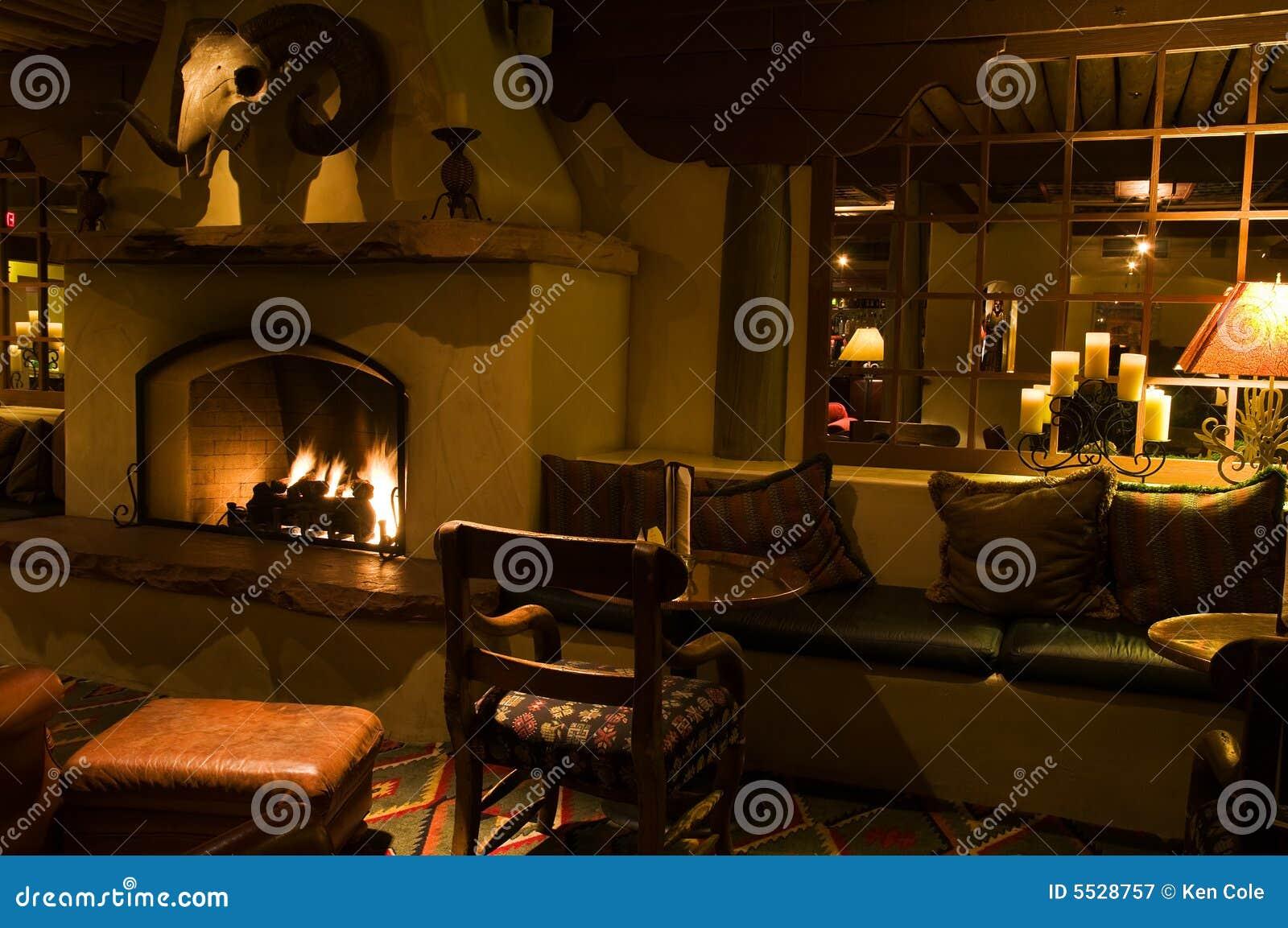 Sala de estar e chaminé quietas