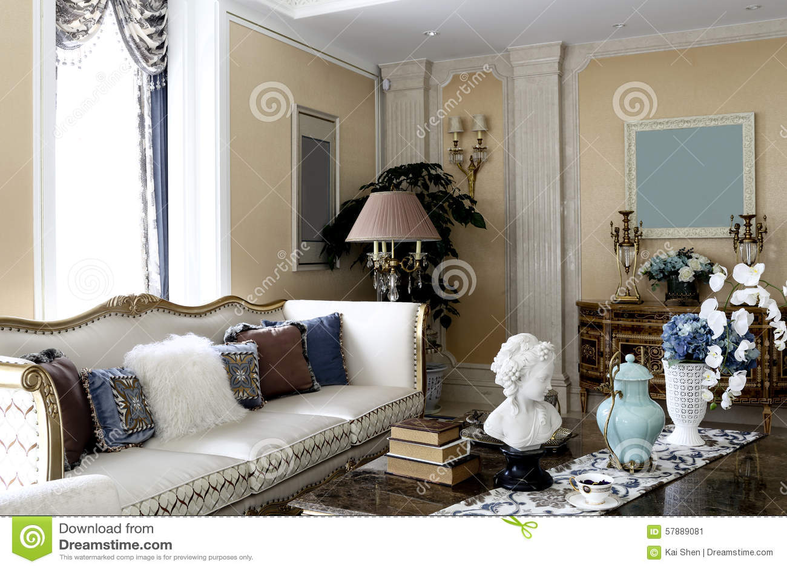 c2dce8d2bc2c9 Luz natural através da cortina, coxim no sofá elegante, escultura e vasos