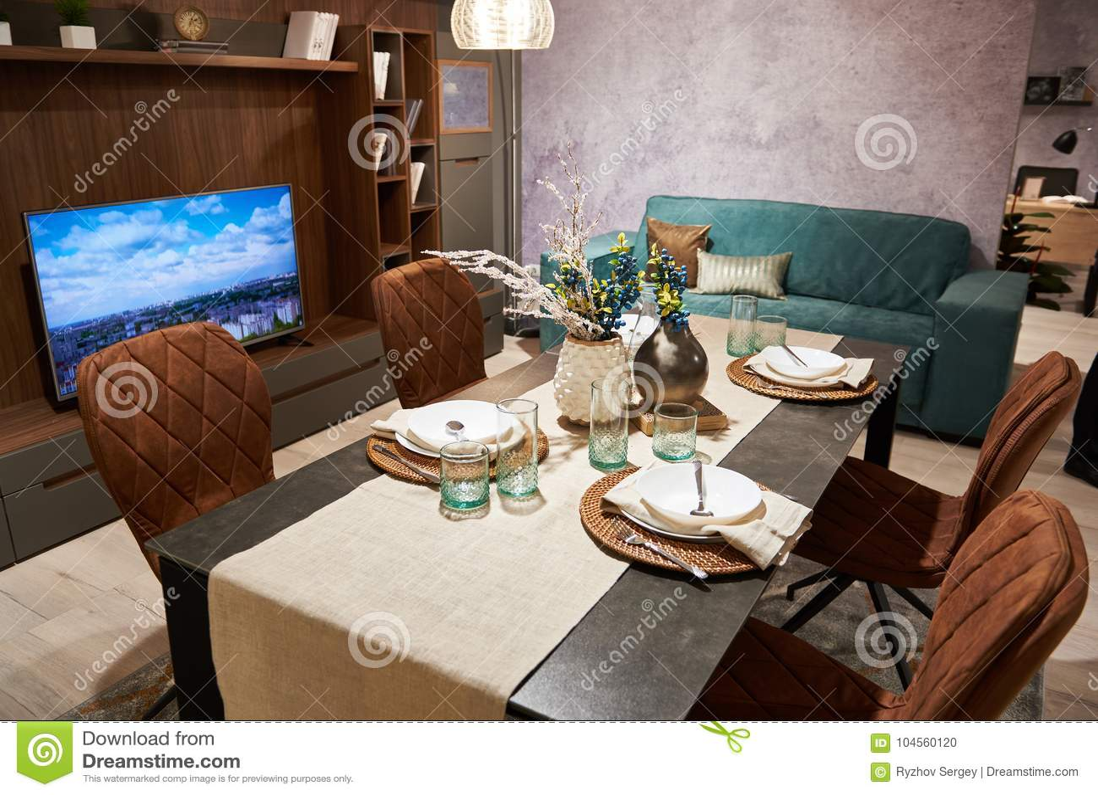 Sala De Estar En Casa Con La Mesa De Comedor Grande Foto de archivo ...
