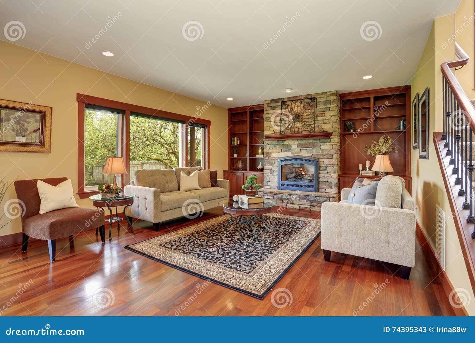 sala de estar en estilo antiguo con la chimenea de piedra natural del diseo y el