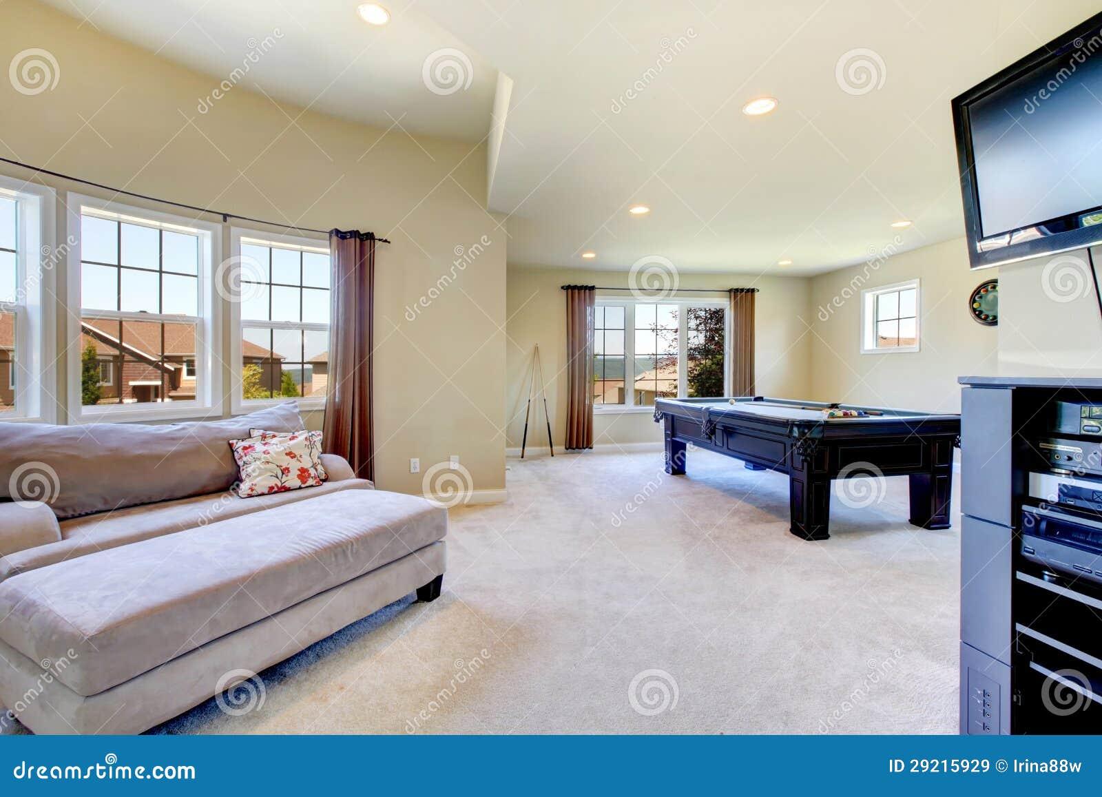 Sala de estar grande con la mesa de billar y la tv imagen for Sala de estar con tv