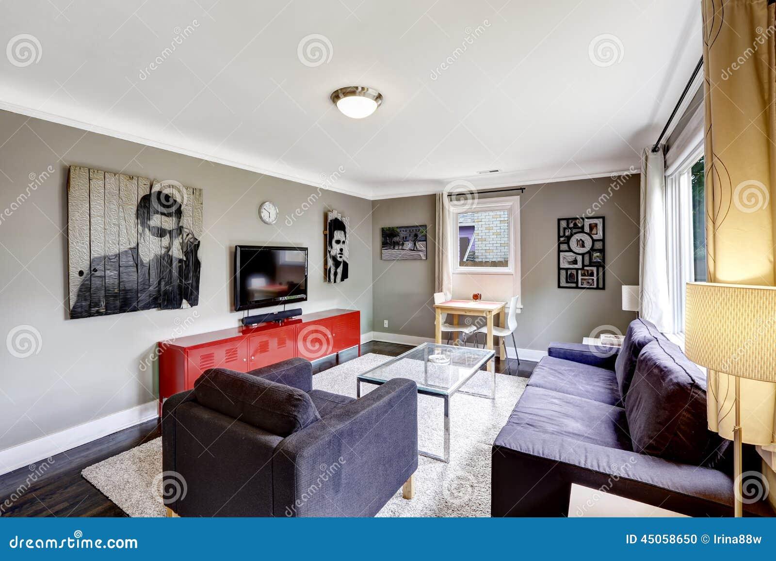 Sala De Estar Gris ~ Foto de archivo Sala de estar gris clara con el gabinete rojo