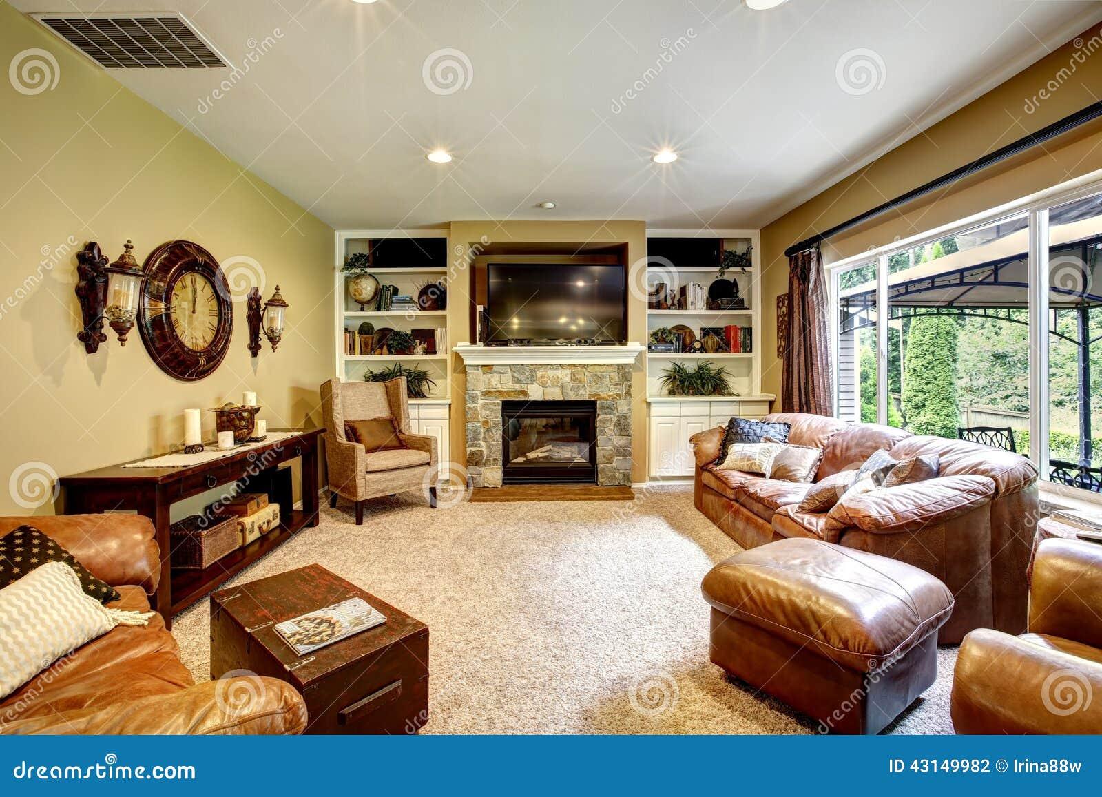 sala de estar hermosa con la chimenea y la tv foto de archivo