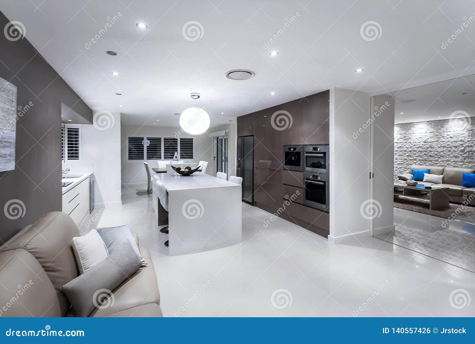 Sala de estar lujosa con una cocina y un comedor