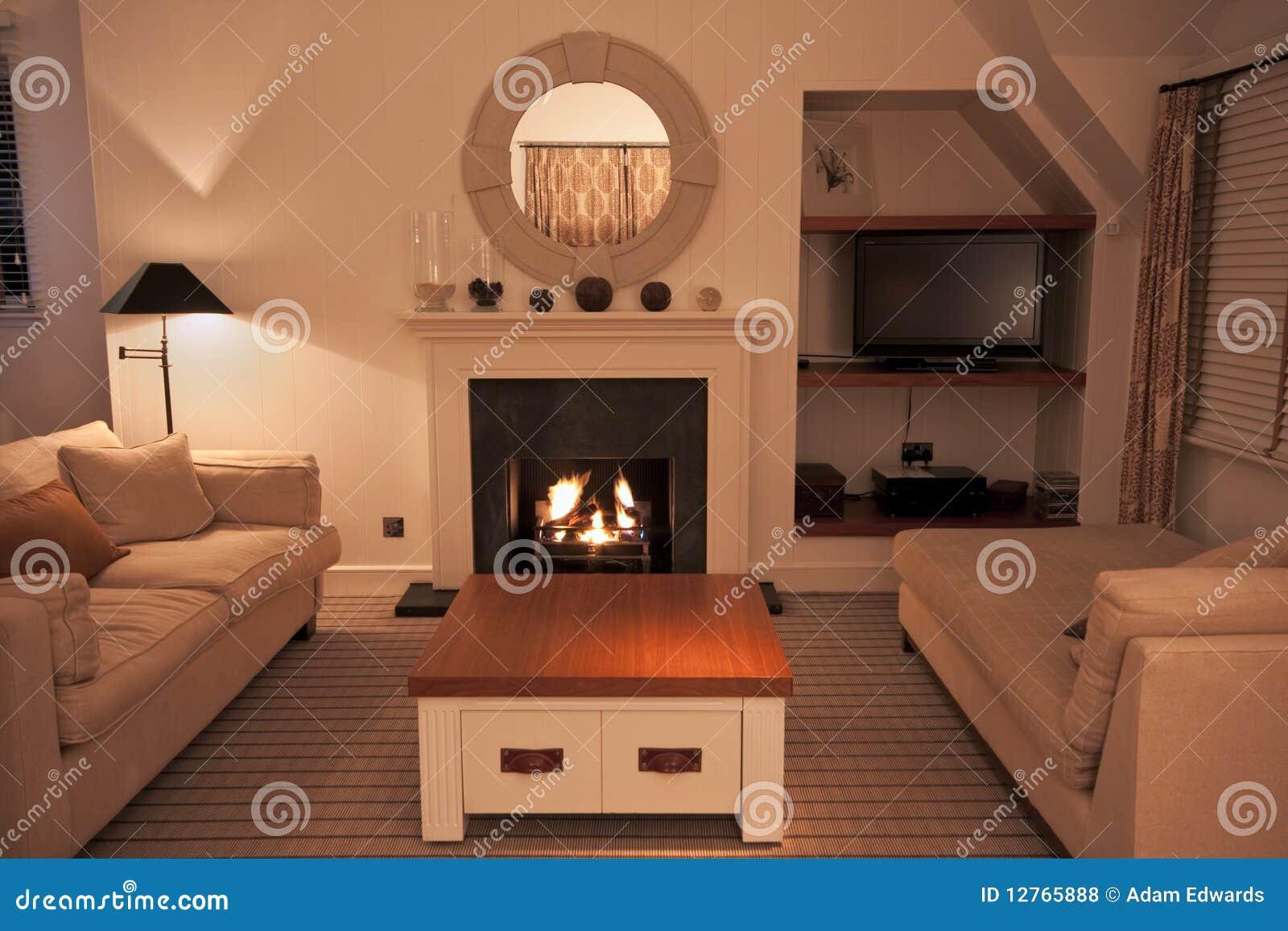 sala de estar moderna lujosa con el fuego encendido foto