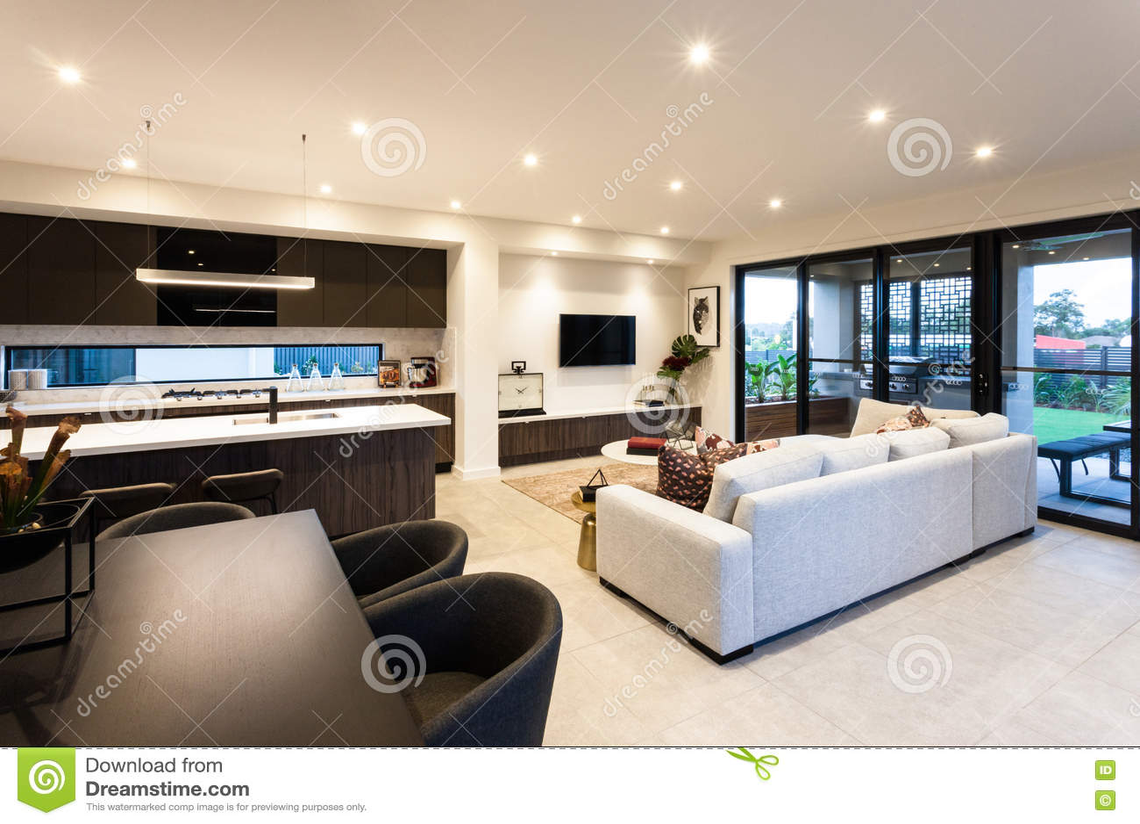 Sala de estar moderna y comedor al lado de la entrada del for Sala de estar y comedor