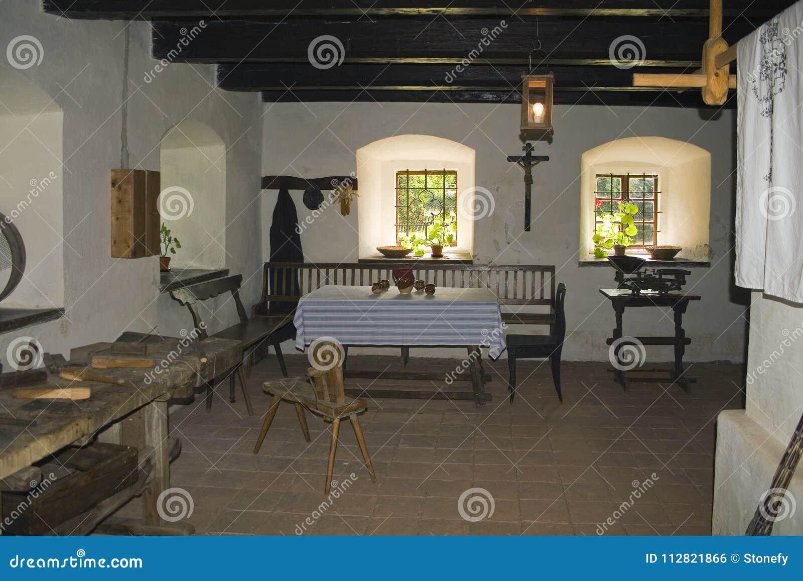 Sala de estar rústica interior por la ventana