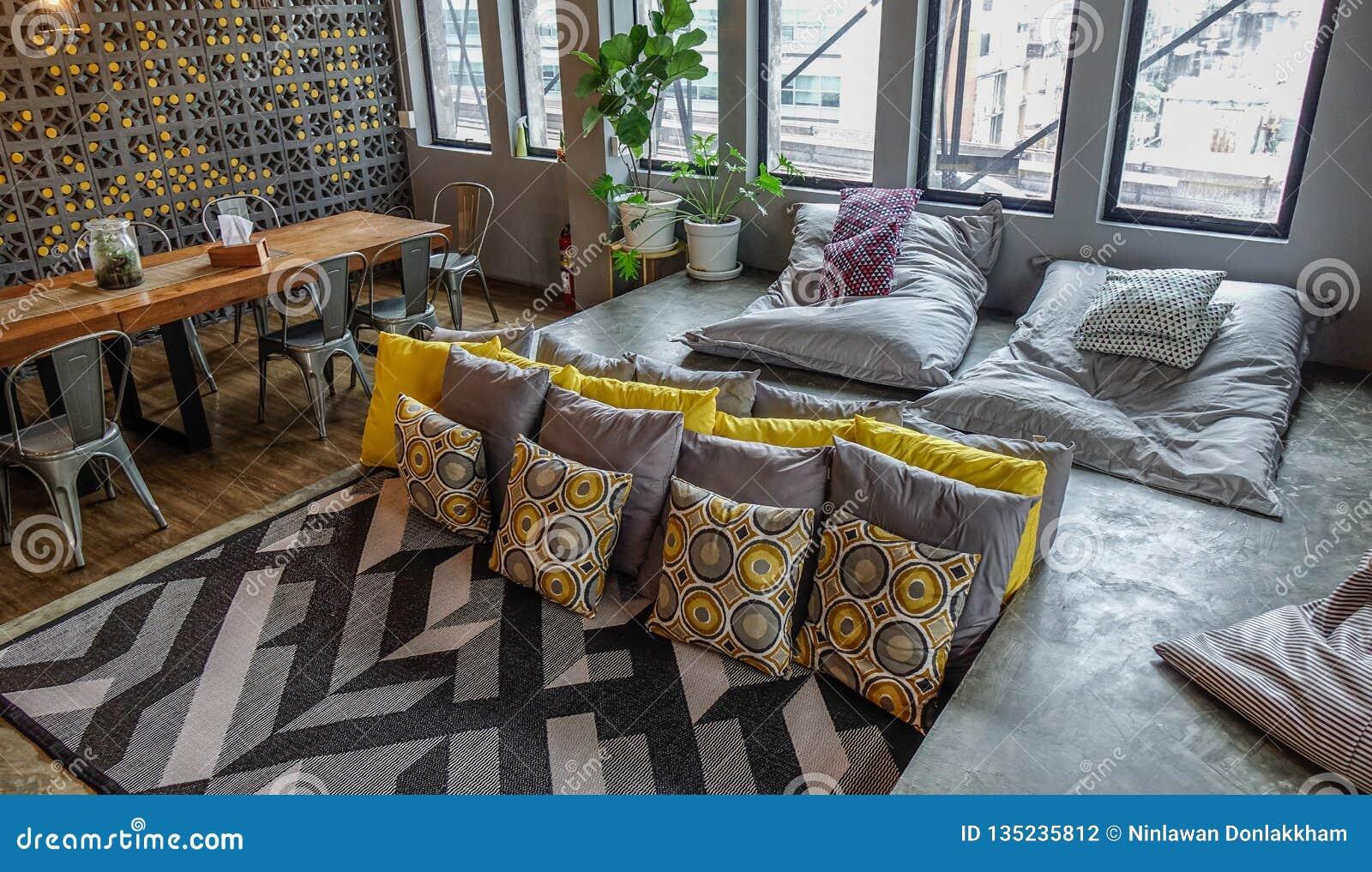 Sala de estar de un parador barato en Bangkok