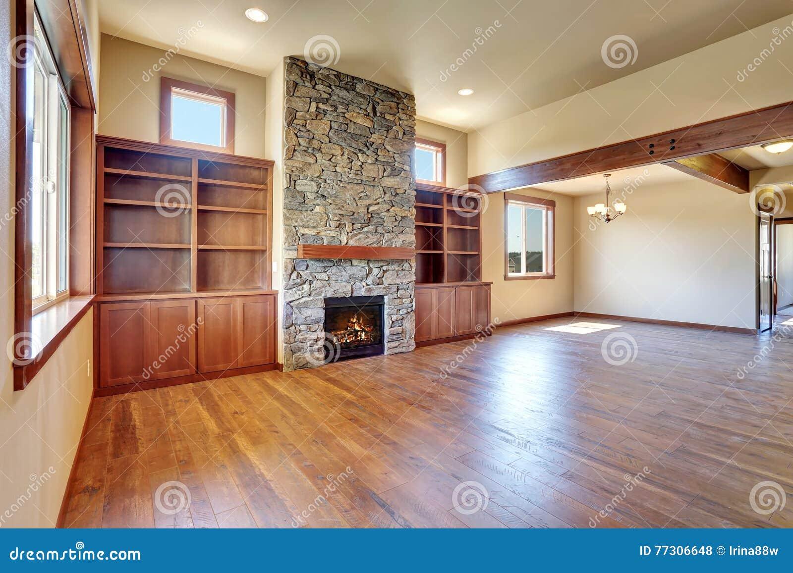 Sala de estar vac a con el suelo de parqu la chimenea de - Suelos rusticos interior fotos ...