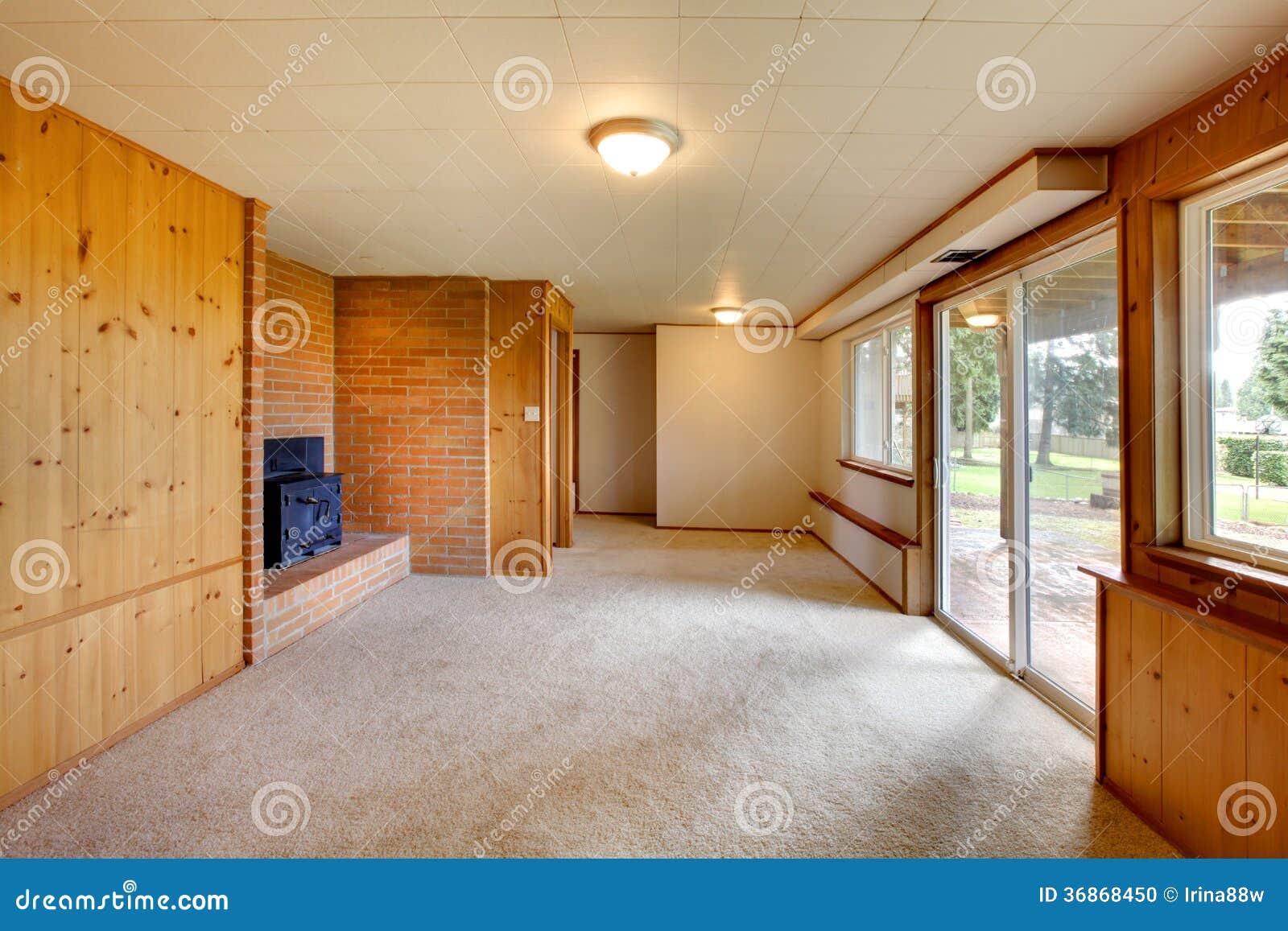 Sala de estar vac a con las paredes de madera del panel y for Sala de estar madera