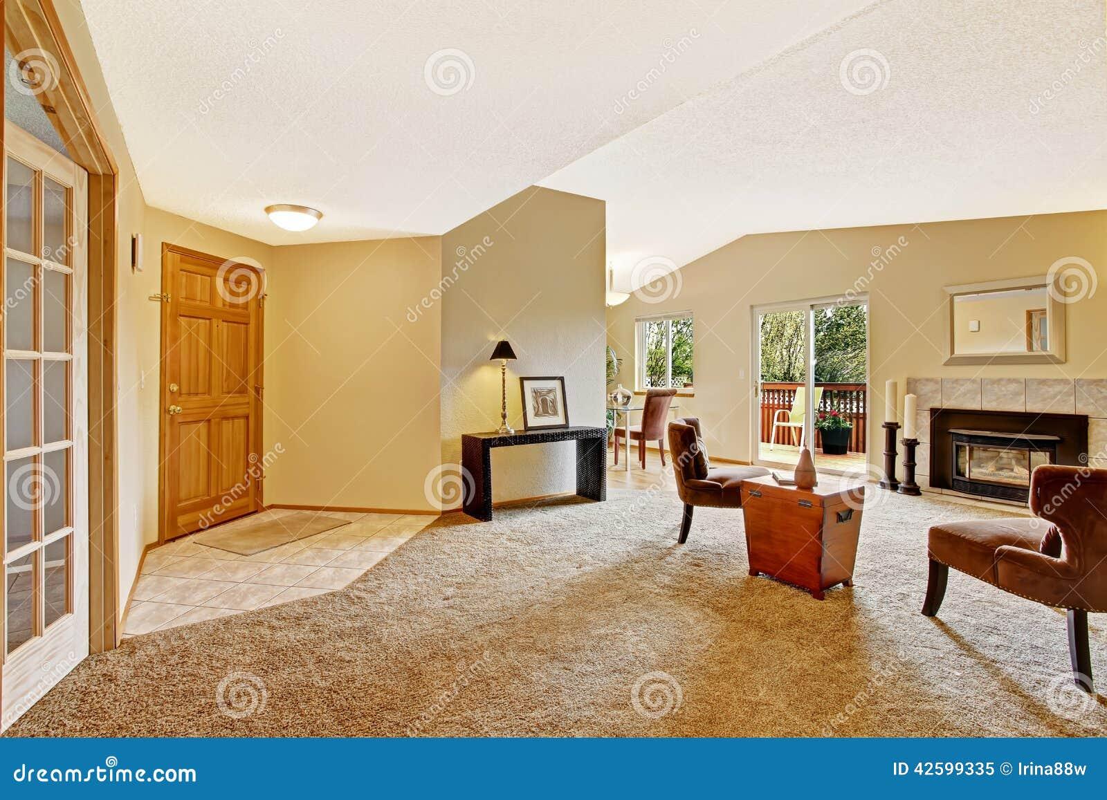 sala de estar vac a en marfil suave con la cubierta de la