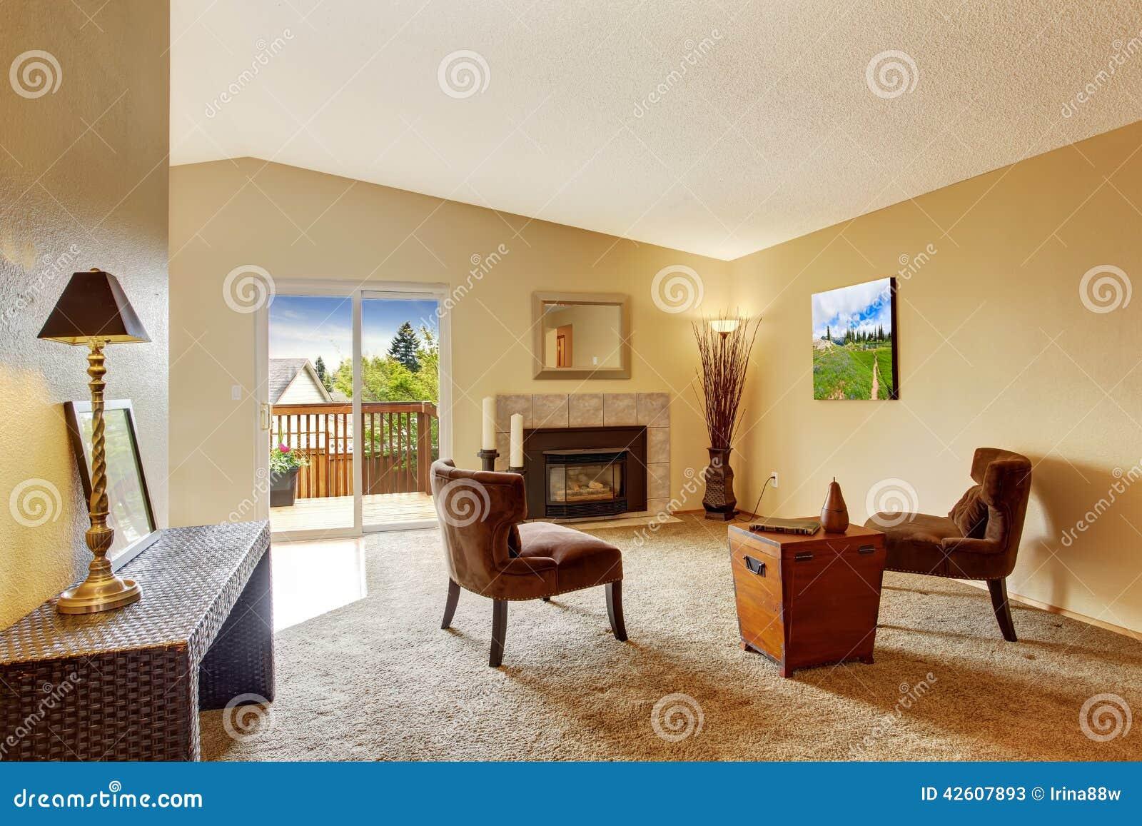 Sala de estar vac a en marfil suave con la cubierta de la - Color marfil en paredes ...