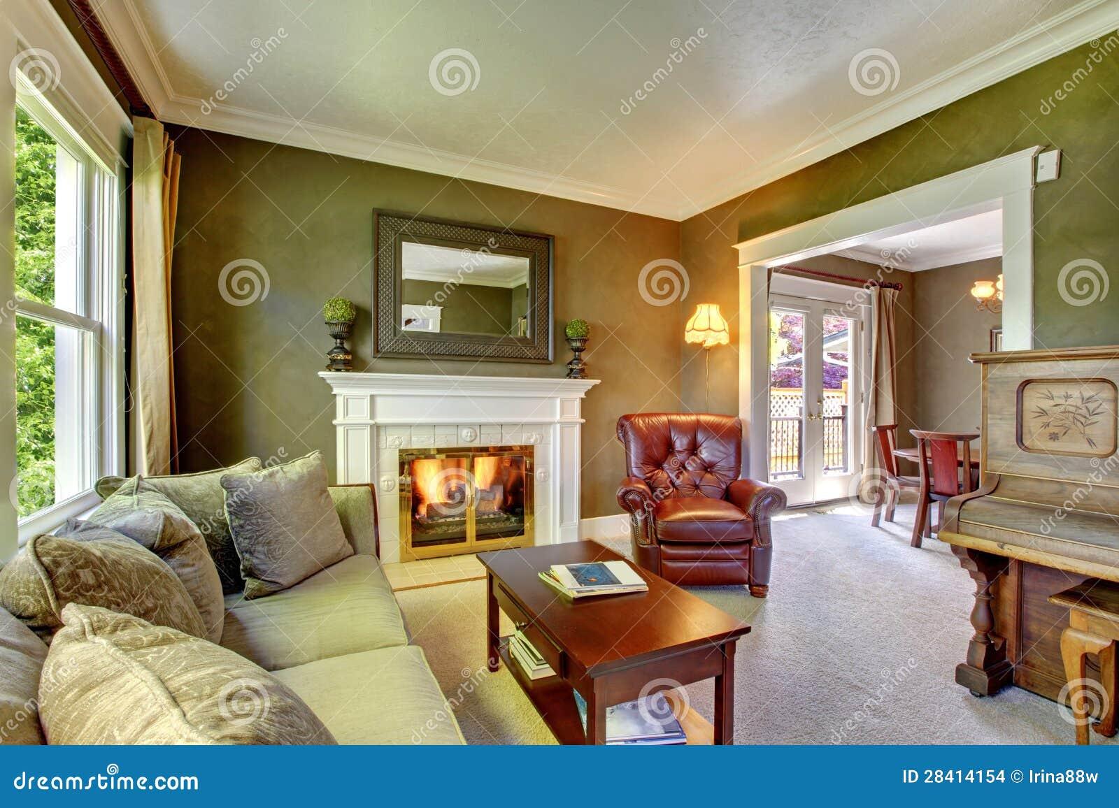 Sala De Estar Verde Clásica Elegante Con La Chimenea Y El Piano
