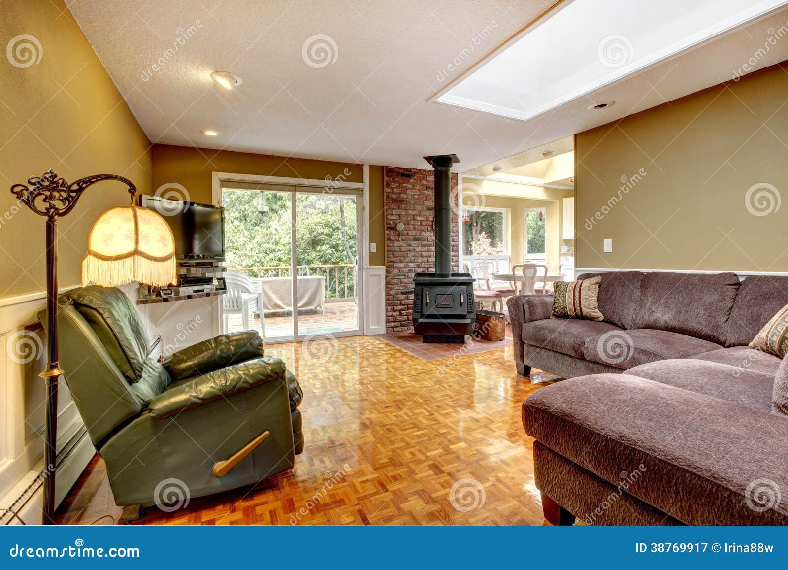 Sala de estar verde oliva con la estufa antigua for Sala de estar antigua