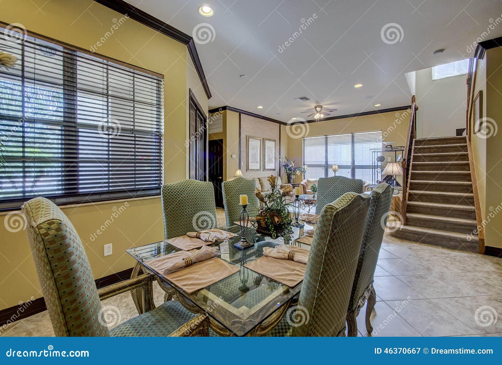 Sala de estar y escaleras del hogar de la florida del for Sala de estar y comedor