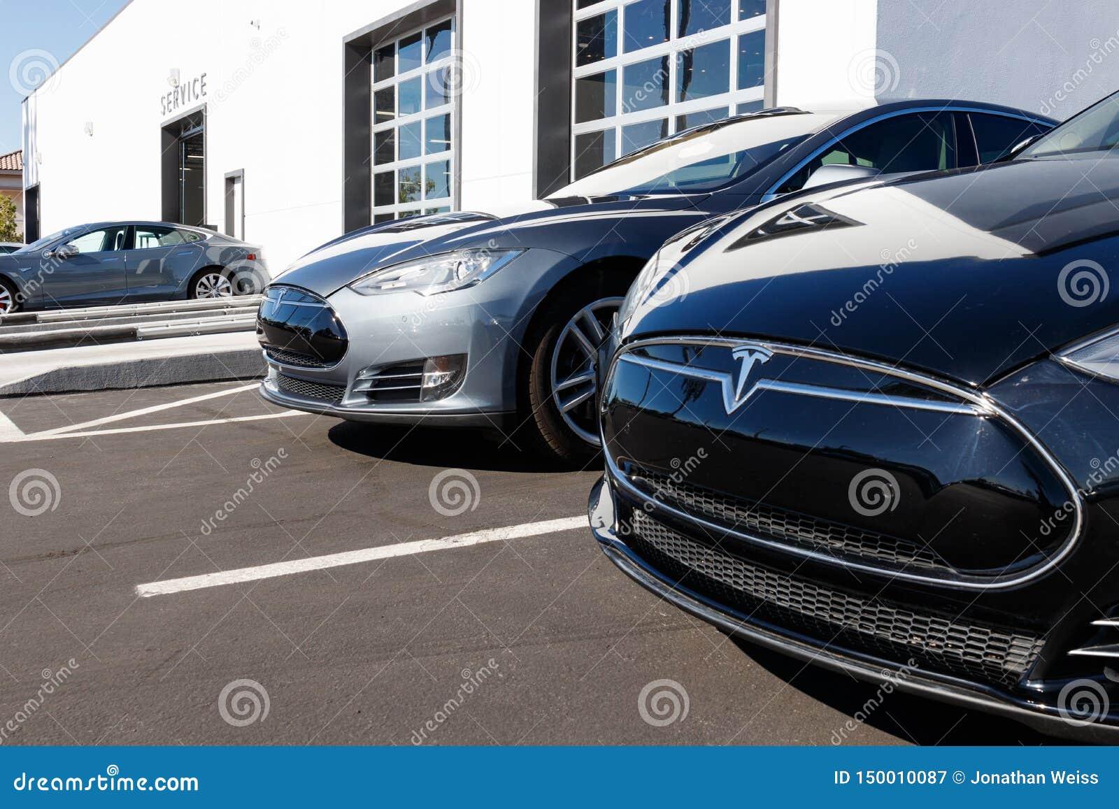 Sala de exposições de Tesla EV Tesla projeta e fabrica os sedanes elétricos modelo X de X e de S