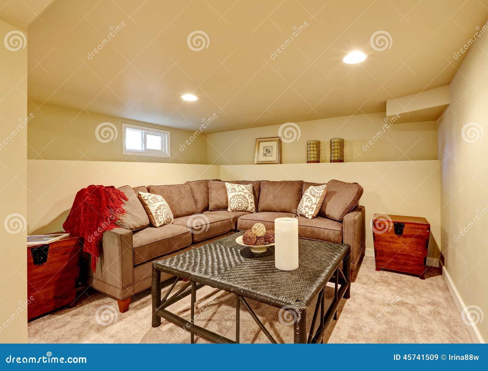 54a9b61e5ab43 Sala De Família Acolhedor Com A Tabela Confortável Do Sofá E Do Vime ...
