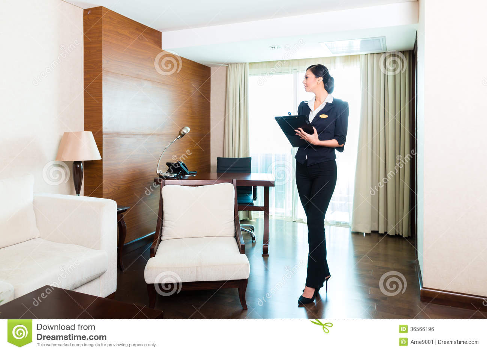 Sala de hotel de controlo da empregada executiva asiática