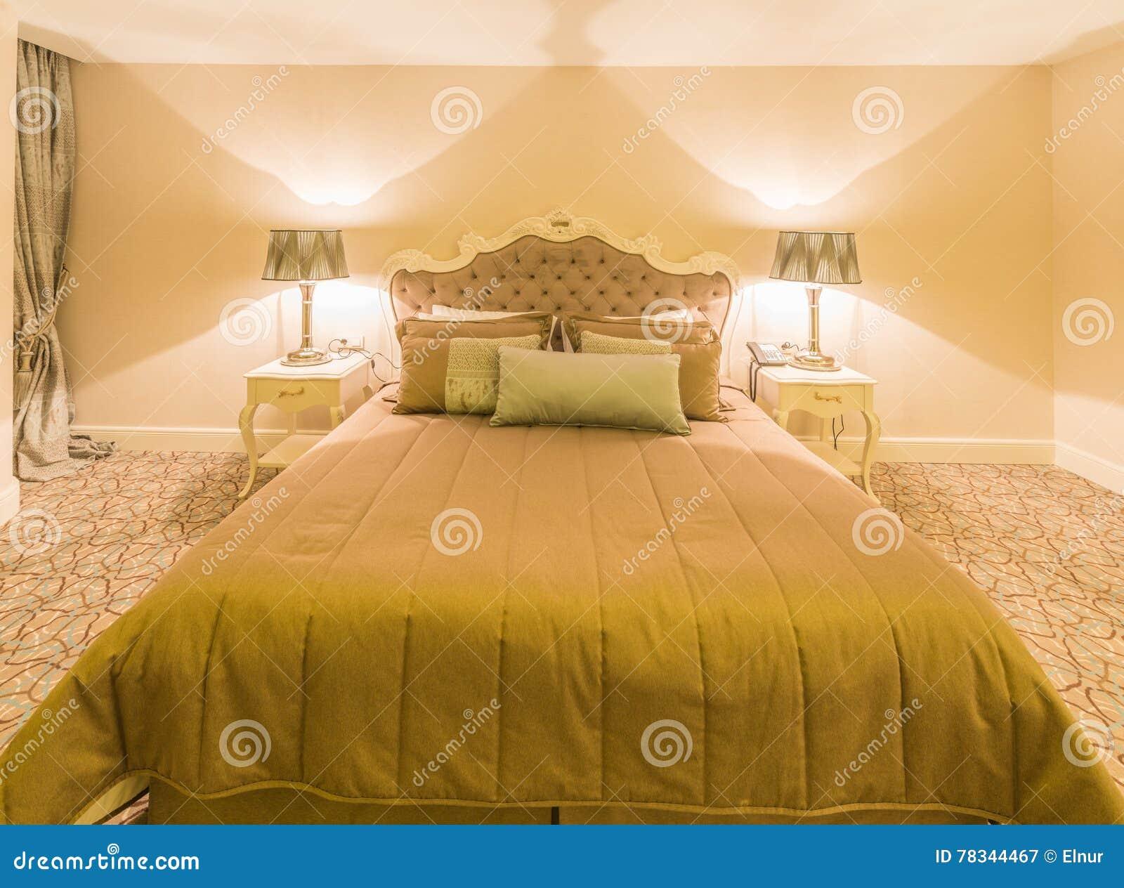 A sala de hotel moderna com cama grande