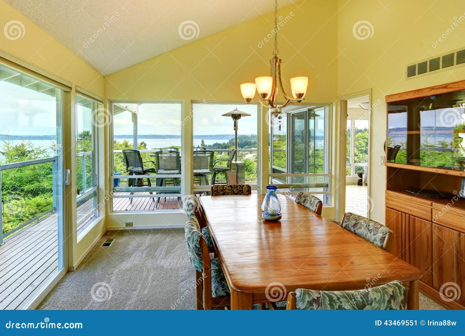 Parede De Vidro Em Sala De Jantar ~ Sala De Jantar Brilhante Com Paredes De Vidro Foto de Stock  Imagem