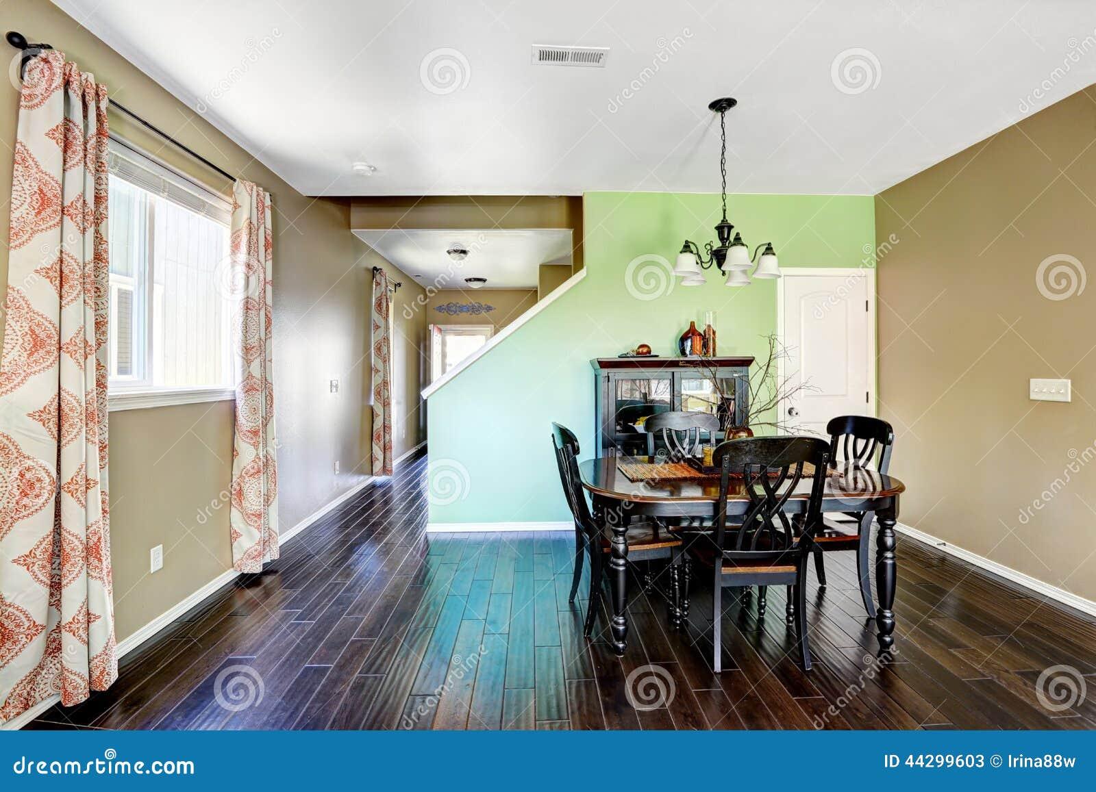 Sala De Jantar Verde E Bege Com O Assoalho De Folhosa Do Marrom Escuro  #437B88 1300 957 Colore Pareti Sala Da Pranzo