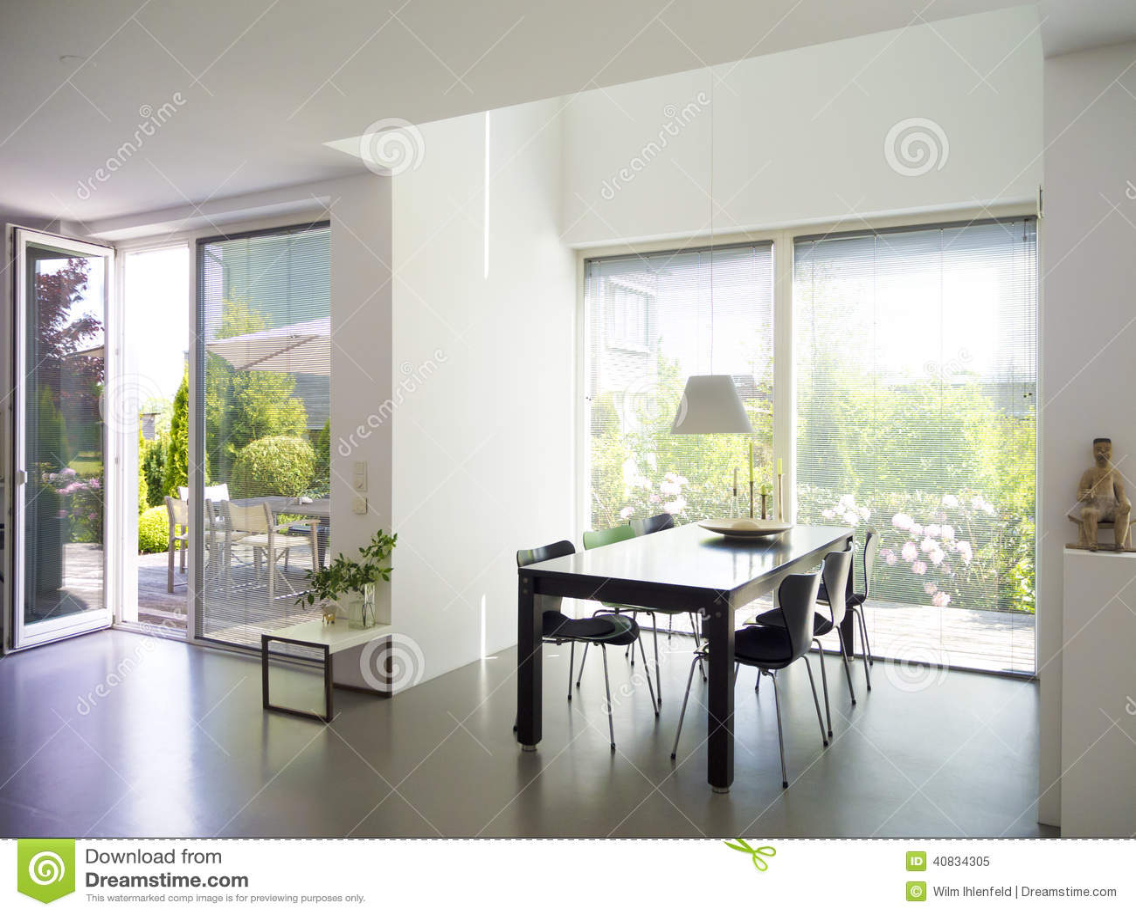 Sala de jantar com janelas francesas