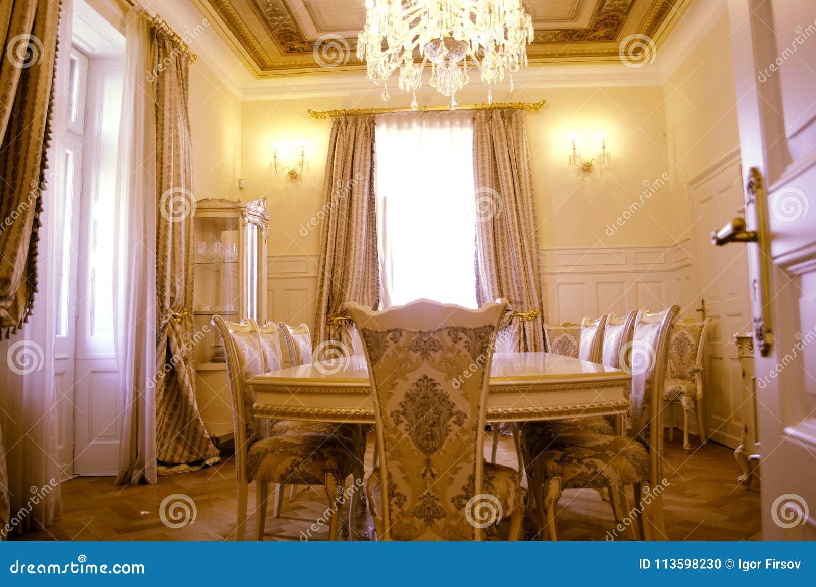 Sala de jantar com mobília e o décor luxuosos