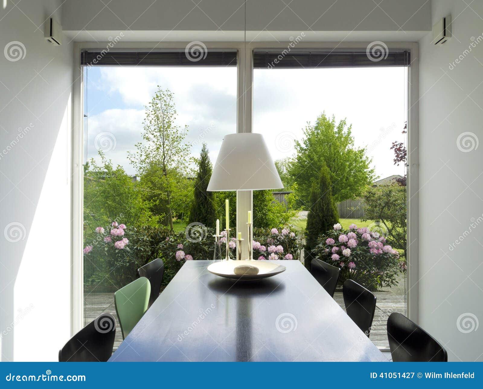 Sala de jantar com vista ao jardim