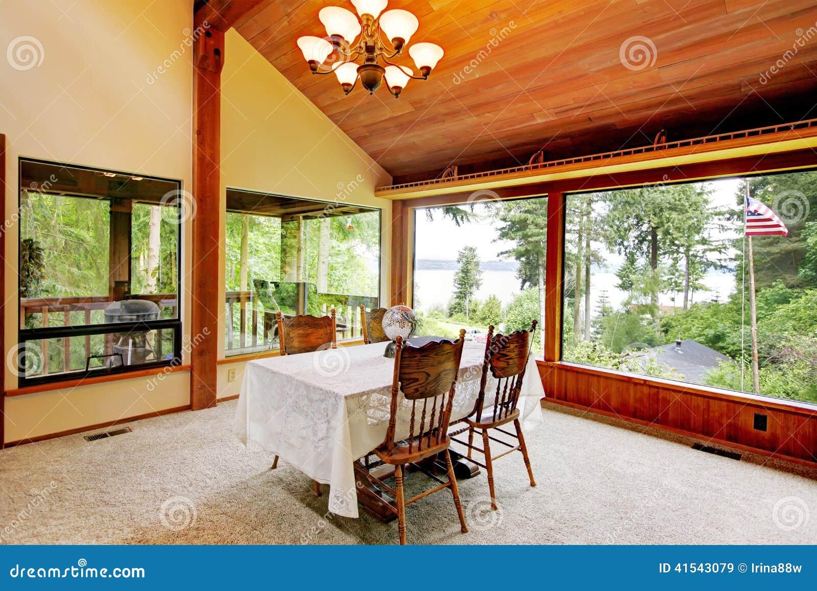 Sala De Jantar Na Casa Da Cabana Rústica De Madeira Foto de Stock  #B84912 1300x957