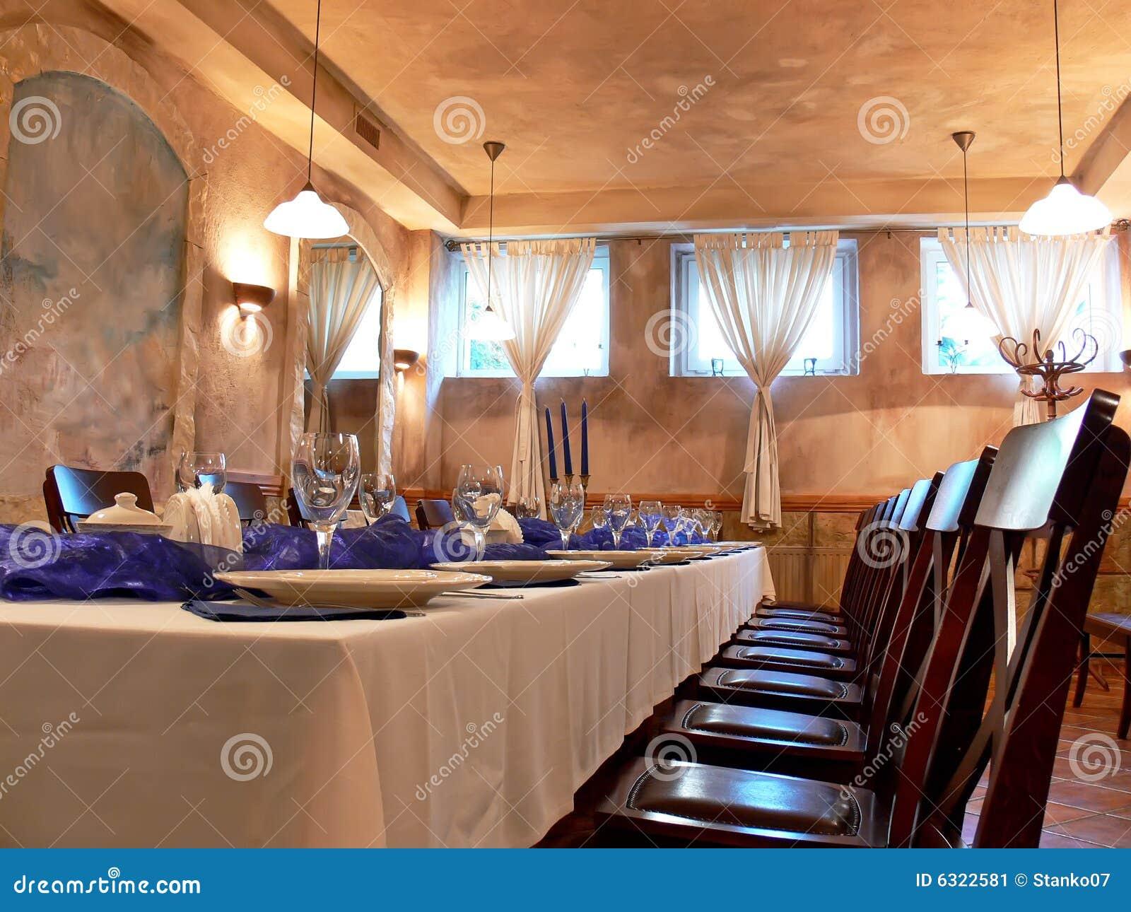 decoracao de sala longa:sala de jantar romântica bonita com cadeiras de madeira, a tabela
