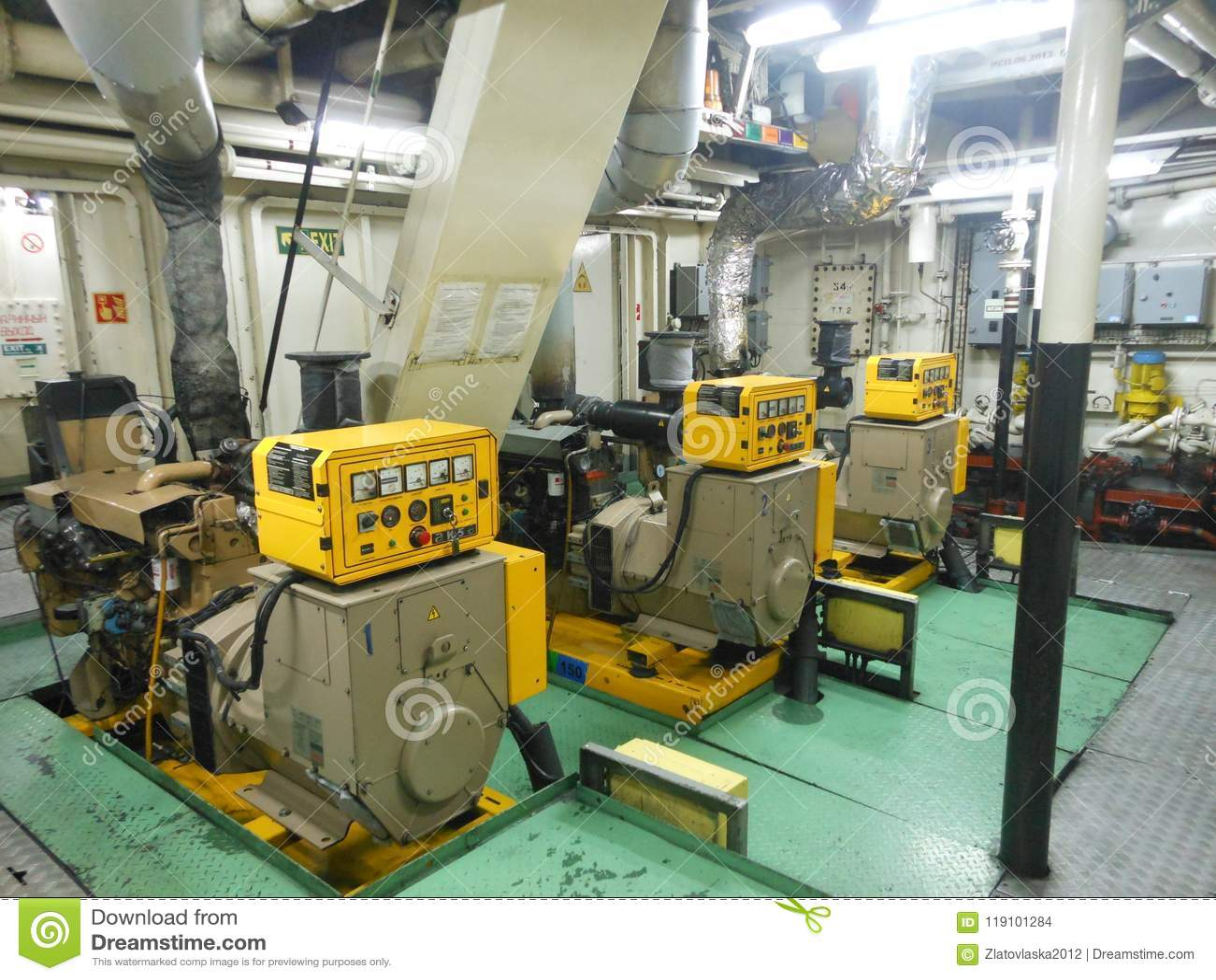 Sala de motor com geradores diesel