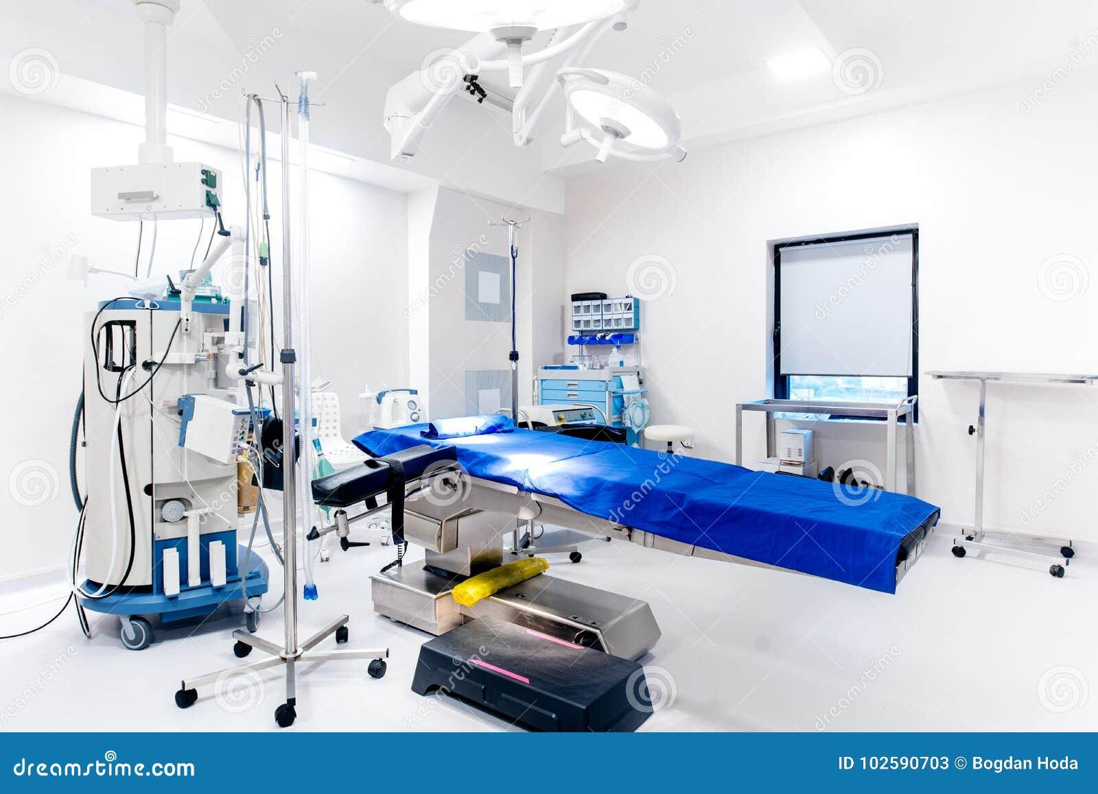Sala de operaciones, ayuda del cuidado de vida, mesa de operaciones, lámparas y equipamiento médico vacíos