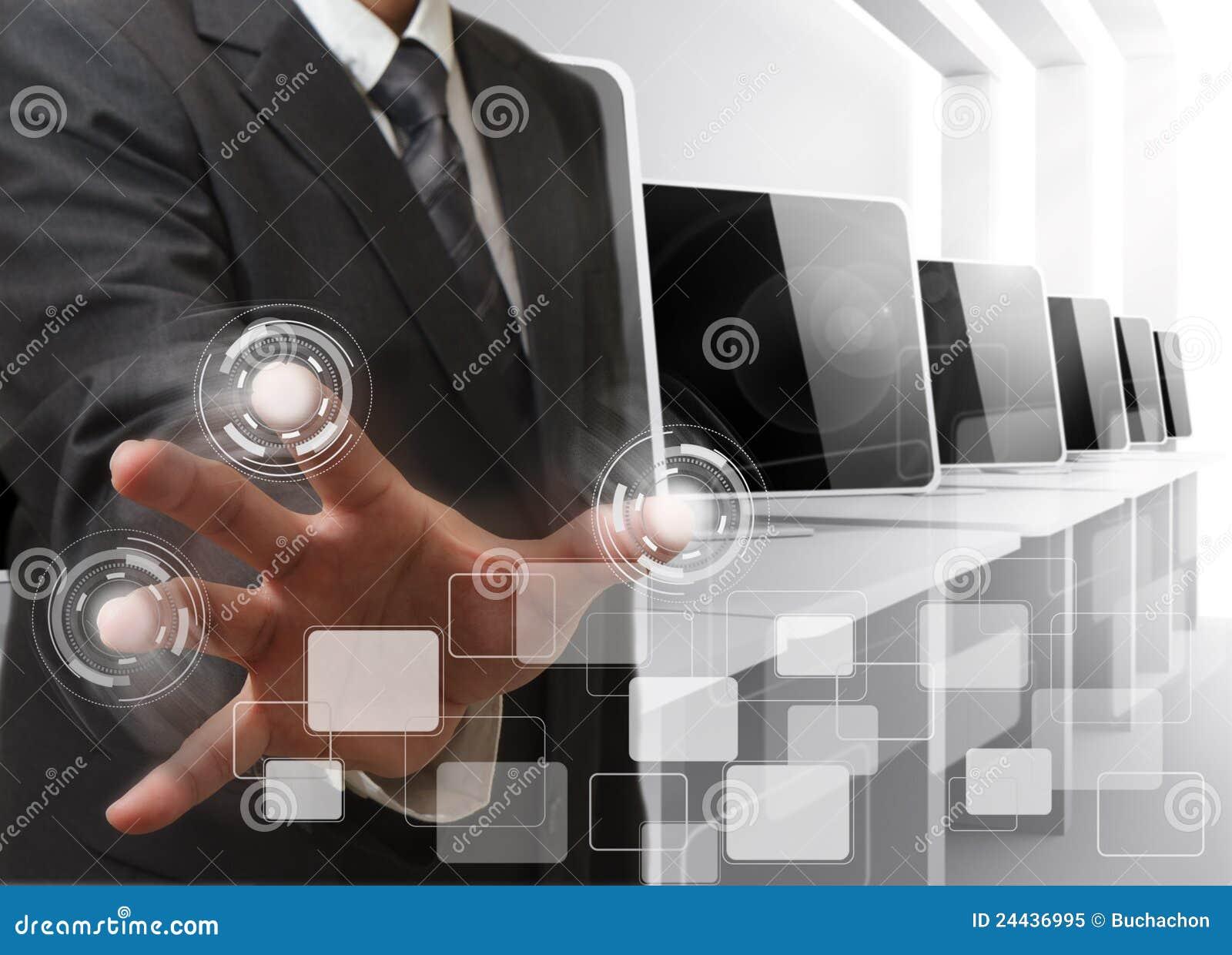 Sala de ordenadores de controles de la mano