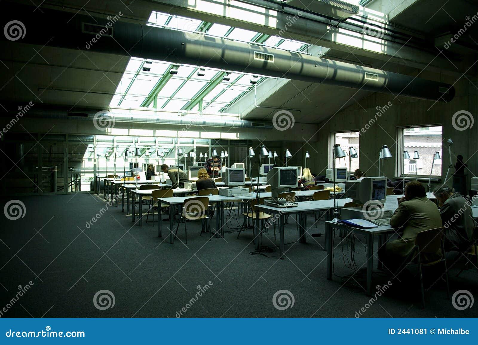 Sala de ordenadores de la biblioteca