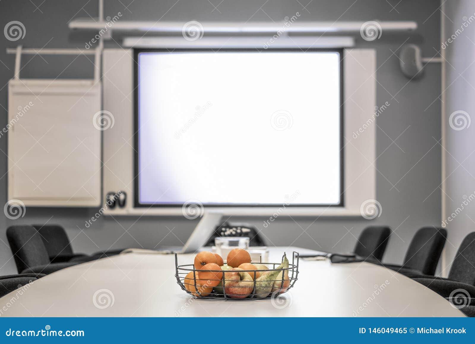 Sala de reunião do escritório antes de uma conferência