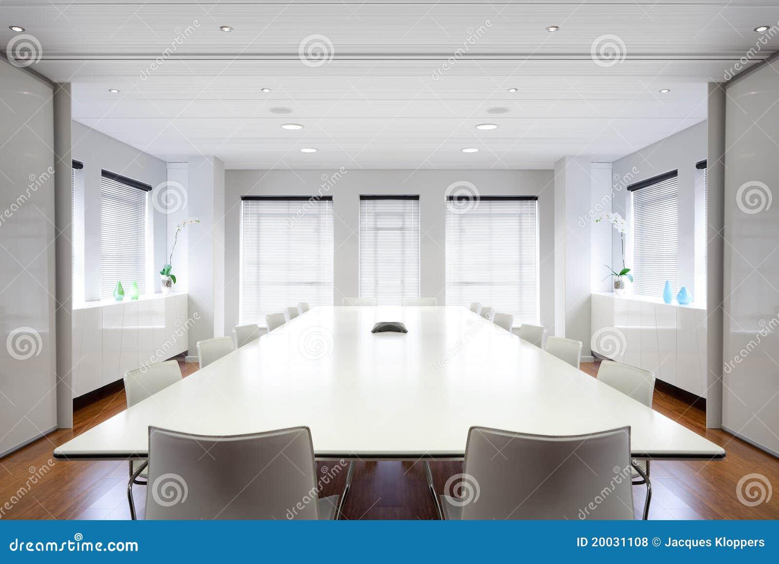 Sala de reunión moderna de la oficina llenada de la luz.